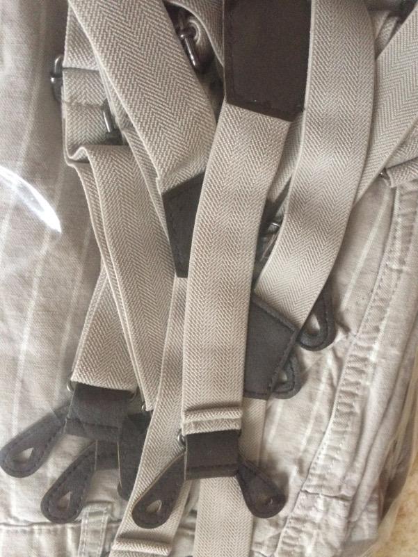 pantalon à bretelles gris beige uni ou rayé